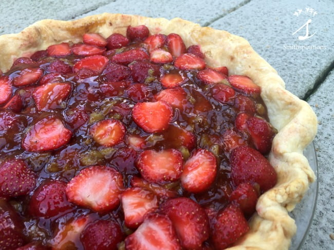 strawberry rhubarb pie close up